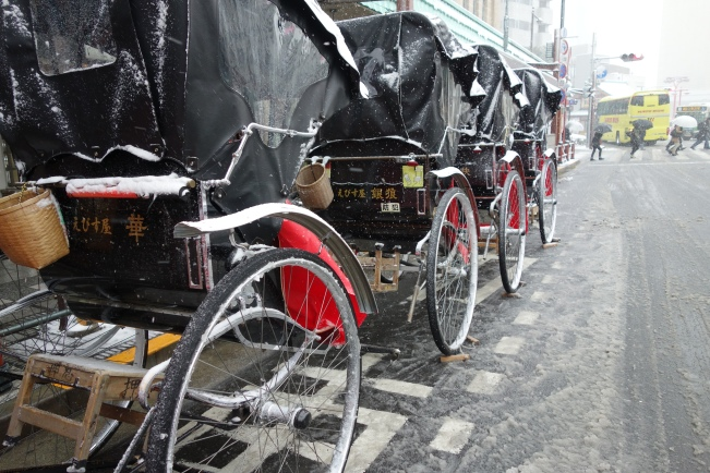 snow rickshaw queue